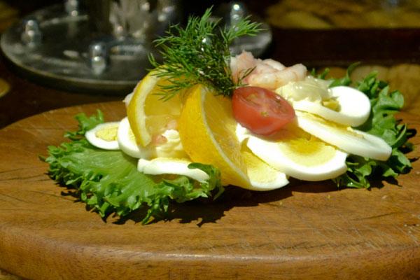 selskabsmad-smørrebrød-æg-rejer