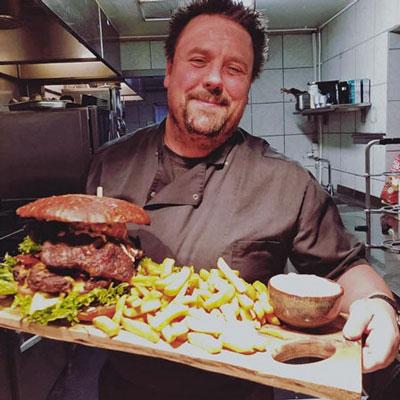 special-retter-rudi-med-kæmpe-burger
